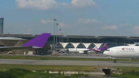 Airplanes in Suvarnabhumi airport Live Action