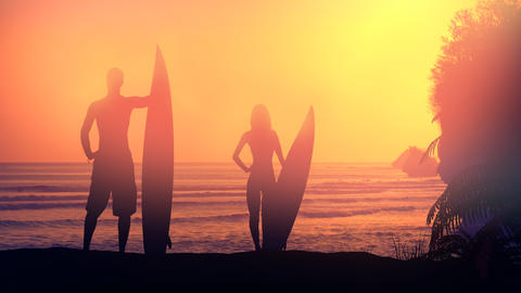 Silhouettes of surfers lit by the setting sun Fotografía