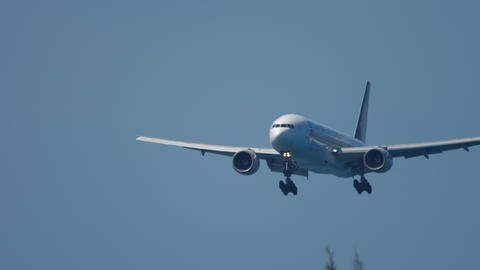 Singapore Airlines Boeing 777 approaching Live Action