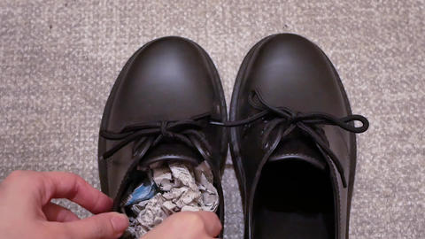 Stuff the shoes with newspaper and dry them, damp shoes Acción en vivo