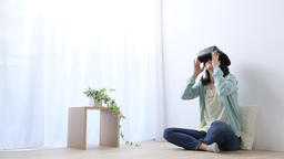Japanese young woman using virtual reality device Bild