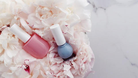 Pastel nail polish bottles and peony flowers, manicure and pedicure set for Acción en vivo