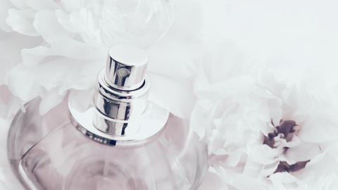 White perfume bottle with peony flowers, chic fragrance scent as luxury cosmetic Acción en vivo