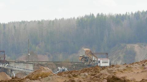 Dump truck unload sand on the assembly line on ballast quarry Acción en vivo