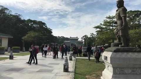 Hong Kong, China, November 20 2016: A statue of a group of people in a park Acción en vivo