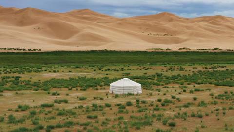 Aerial around view on yurt near sand dunes Acción en vivo