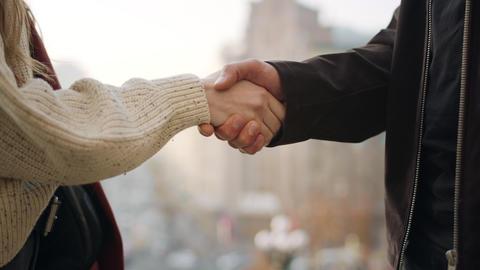 Unknown couple hands shaking outdoors. Closeup man and woman holding hands Acción en vivo