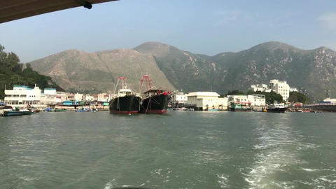 Hong Kong, China, A boat on a body of water with a mountain in the background Acción en vivo