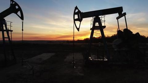 Flying near working oil pumps at sunset Acción en vivo