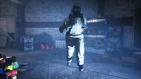 Stalker runs along an abandoned subway. The concept of a post-apocalyptic world after a nuclear war Videos animados