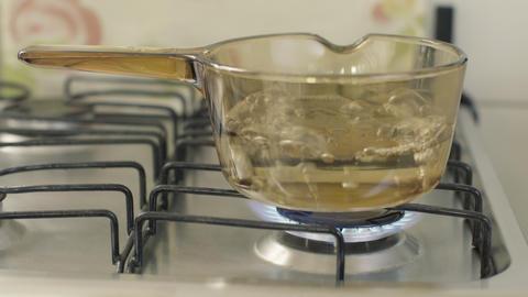 Glass pan with water ライブ動画