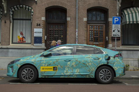 Van Gogh Museum Advertising Car At Amsterdam The Netherlands 20-6-2020 フォト