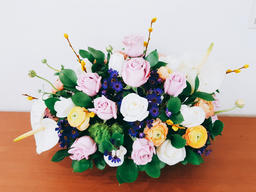Bouquet of roses in basket Fotografía