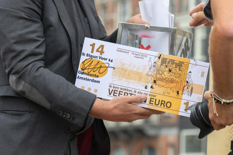 Alderman Rutger Groot Wassink Holding A Cheque At Amsterdam The Netherlands 1-7-2020 フォト
