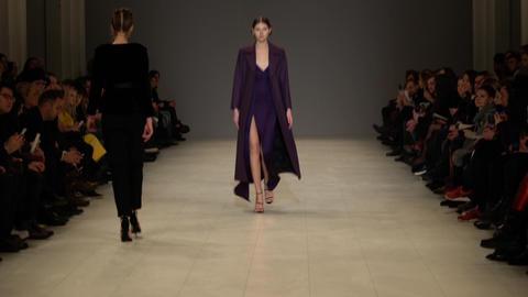 Fashion show. Model on the catwalk. Woman Acción en vivo