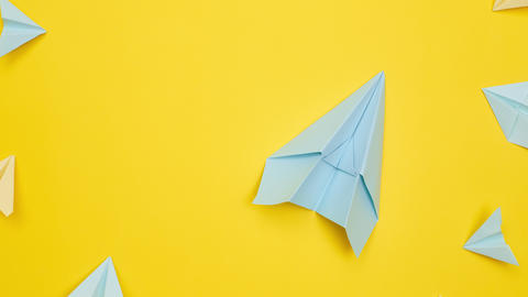 stop motion, paper planes fly on yellow background, travel and tourism, flatley Acción en vivo