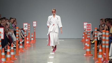 Fashion show. Woman model on the catwalk. Models. Slow motion Acción en vivo