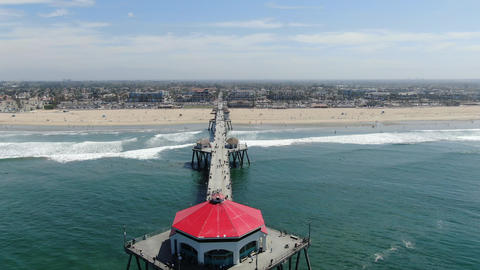 Aerial view of Huntington Pier, beach and coastline during sunny summer day Acción en vivo