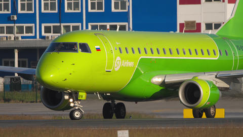 S7 Airlines Embraer 170 turn runway 07 before departure Acción en vivo