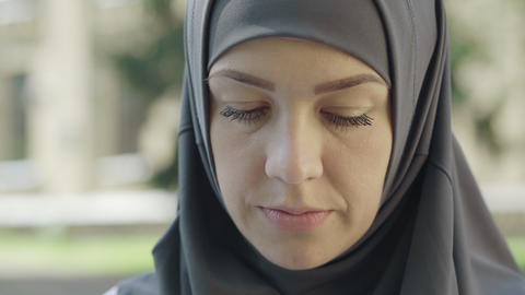 Close-up face of confident attractive Muslim woman in hijab looking at camera ライブ動画