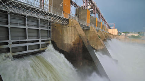 Discharge water from the dam of hydroelectric plant Acción en vivo