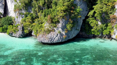 Amazing coastline of Phi Phi Don, Thailand. Aerial view on a beautiful sunny day Acción en vivo