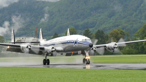 Breitling Lockheed L-1049 Super Constellation Landing. 4K UltraHD video Acción en vivo
