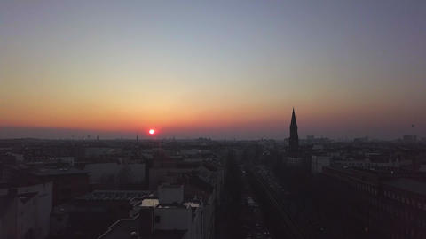 AERIAL: Over Berlin City train tracks with Sunset Acción en vivo