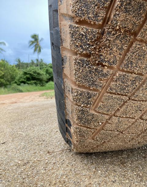 car's wheel is full of sand and dirt on the road with view Fotografía