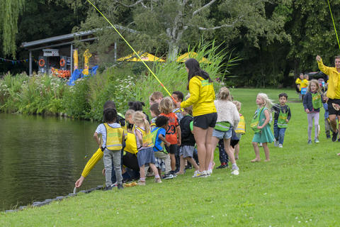 Throwing Away A Fish Caught By A Group Of Children At The Amsterdamse Bos The Netherlands 29-7-2020 フォト