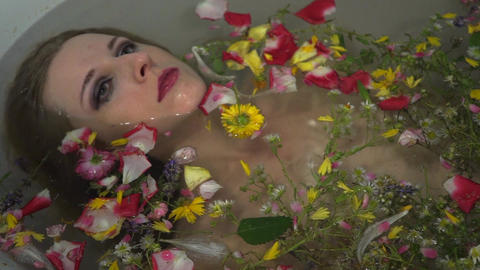 Young woman in bath with flowers ライブ動画