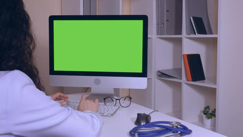 unrecognizable therapist surfing internet in clinic ライブ動画