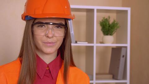 female engineer shows sign like Acción en vivo
