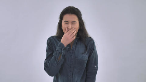 Caucasian female sneezes ライブ動画