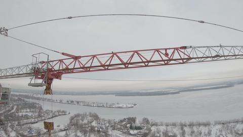 Aerial footage by an FPV drone near a crane at the construction site Acción en vivo