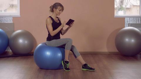 caucasian sportswoman use app ライブ動画