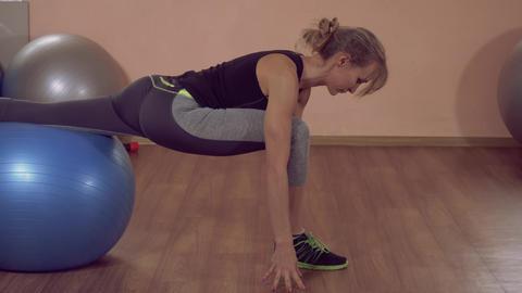 caucasian sportswoman stretch after exercise ライブ動画