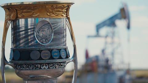 Yuri Gagarin portrait on cup and oil extracting equipment Acción en vivo