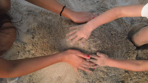 Mother and daughter playing with sand on sea beach,hands close up,family kids ライブ動画