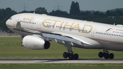 Airplane landing in Dusseldorf ライブ動画