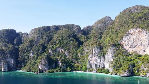 Amazing aerial view of Monkey Beach in Phi Phi Islands, Thailand ライブ動画