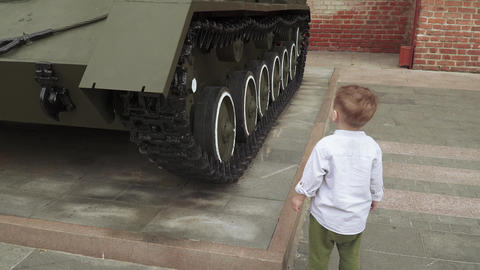 A boy plays military ライブ動画
