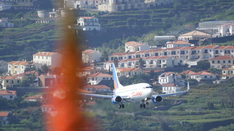 Airliner Landing Boeing B-737 Passenger Airplane by Jet2 Airport of Madeira 4K Acción en vivo