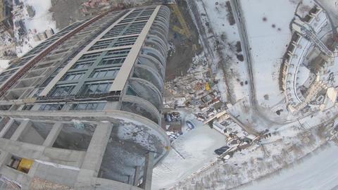 Amazing aerial tricks with an FPV drone, flying near a building in construction Acción en vivo