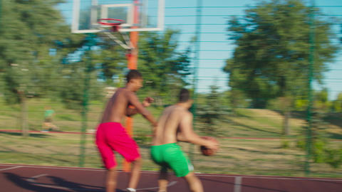 Shirtless sportsmen playing basketball on court Acción en vivo