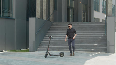 A young man who uses an electric scooter as a modern means of transportation in ライブ動画