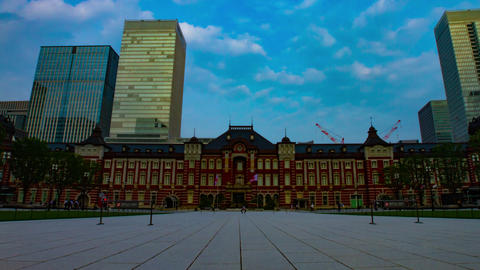 A timelapse of people and cloud in front of Tokyo station wide shot zoom ライブ動画