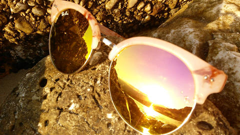 The reflection of the sea in sunglasses ビデオ