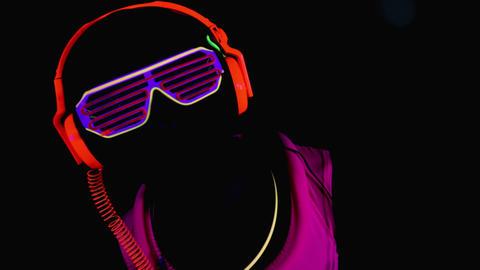 Person wearing neon clothes raving in club Acción en vivo