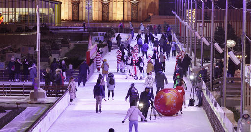 Skating rink visitors and stage and Christmas decoration on the background Acción en vivo
